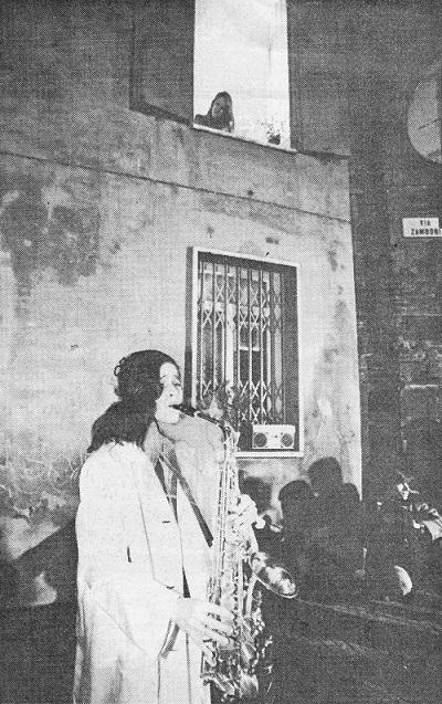 Stefania Maggio suona il sassofono alla prima serenata, 22 dicembre 1983